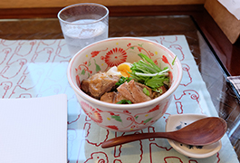 台湾料理の1つ三杯鶏(サンペイジー)に地元野菜をトッピング