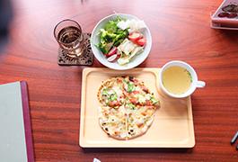 洞爺の火山灰を練りこんだ窯で焼き上げるジオピザ。食材も地物洞爺近郊の野菜や小麦を使用