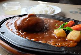 デミグラスソースが熱い鉄板でじゅうじゅう。ステーキハンバーグ¥1550