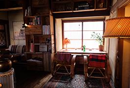 席はソファーや椅子など色々。気分に合わせて自分の場所を見つけてください。